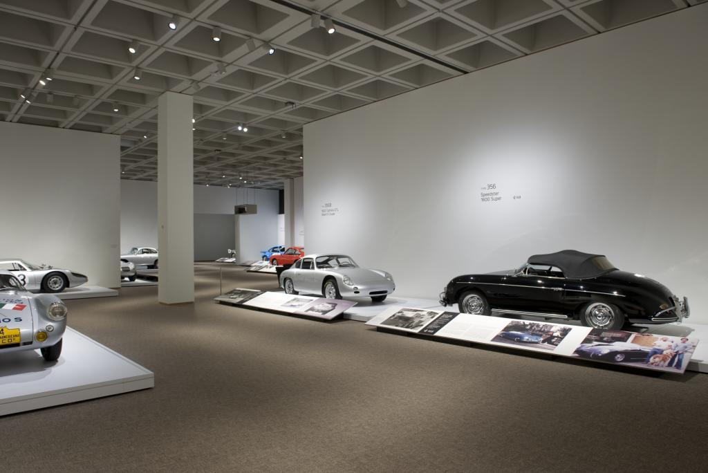 Der kleine schwarze Roadster 356 Speedster 1600 Super gehört zu den 22 Leihgaben, die Organisator Ken Gross für diese Show im North Carolina Museum of Art zusammengetragen hat