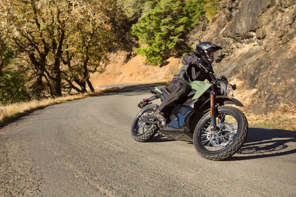 Die Lust am Aufdrehen kommt von der stillen Dynamik der Zero DS, die selbst dem erfahrenen Biker eine völlig neues, fast schwereloses Fahrvergnügen beschert