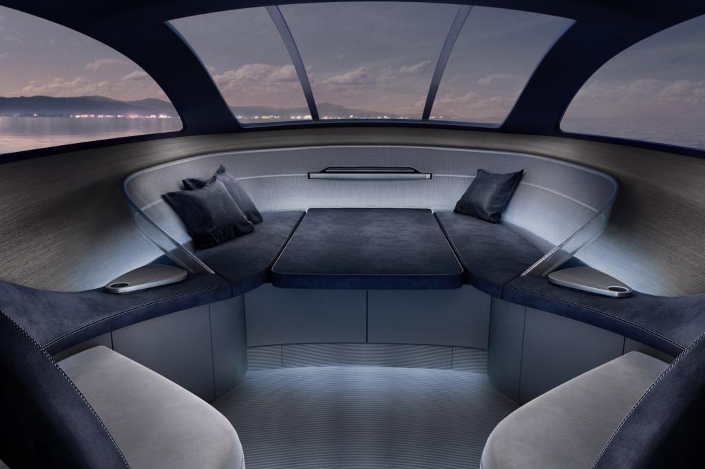 Die Verarbeitung der silbrig grauen Nubukleder und Furniere für den wie ein Cockpit gestalteten luftigen Innenbereich wirken buchstäblich wie aus der gehobenen Autowelt.