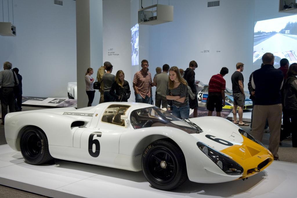 Die landesweit angesehene Kunstsammlung nimmt das Jubiläumsjahr des 911er zum Anlass, um Meilensteine des Renn- und Sportwagenbaus aus deutsch-österreichischer Fabrikation zu feiern (hier 908K Protoyp)