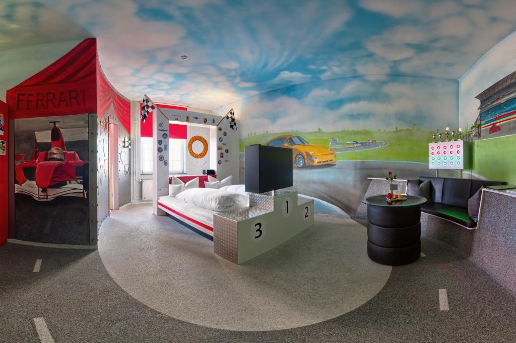 Für 175 Euro pro Nacht erhält man an der Rezeption zum Beispiel den Schlüssel für das Rennsport-Zimmer mit Siegertreppchen.