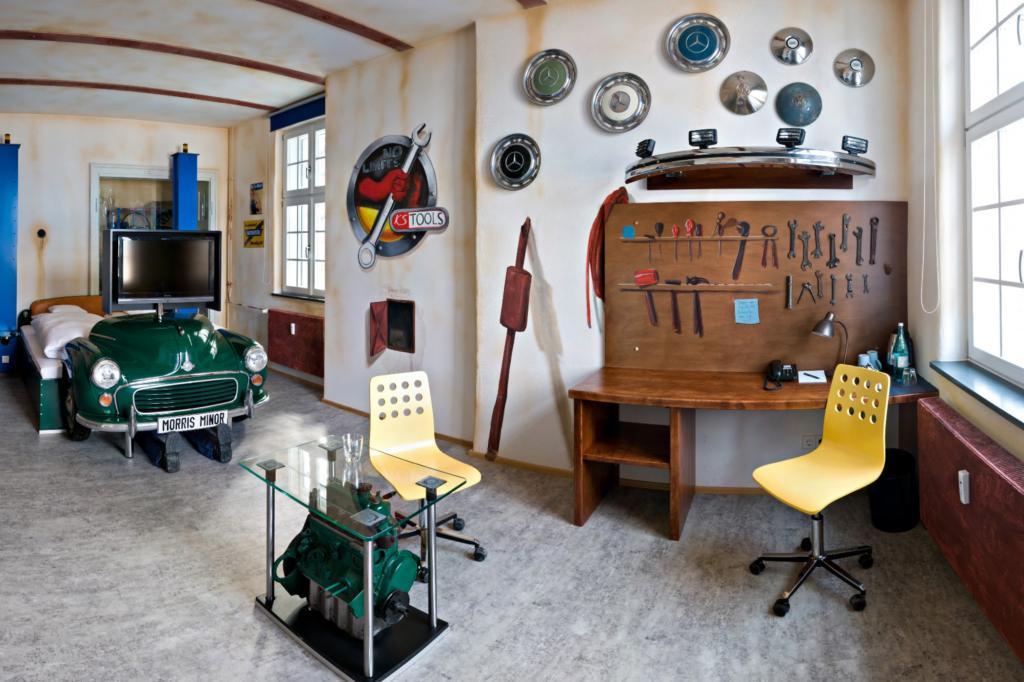 Für Technikbegeisterte bietet sich das Werkstatt-Zimmer an.