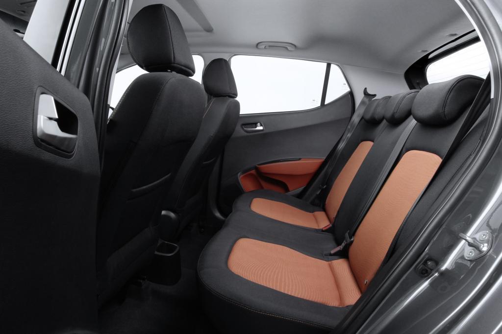 Fahrer und Passagiere sitzen auf angenehm geformten Sitzen, und dank des auf 2,38 Meter gewachsenen Radstands finden vier Erwachsene komfortable Platzverhältnisse vor.