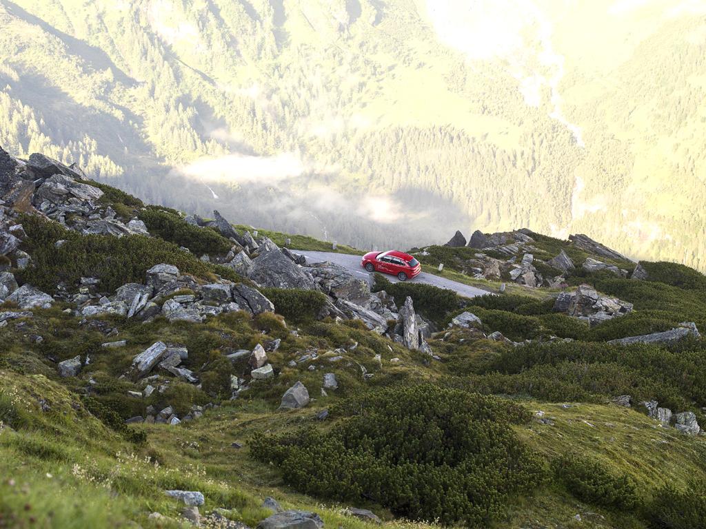 Ganz klein in großartiger Landschaftskulisse: Audi RS Q3.