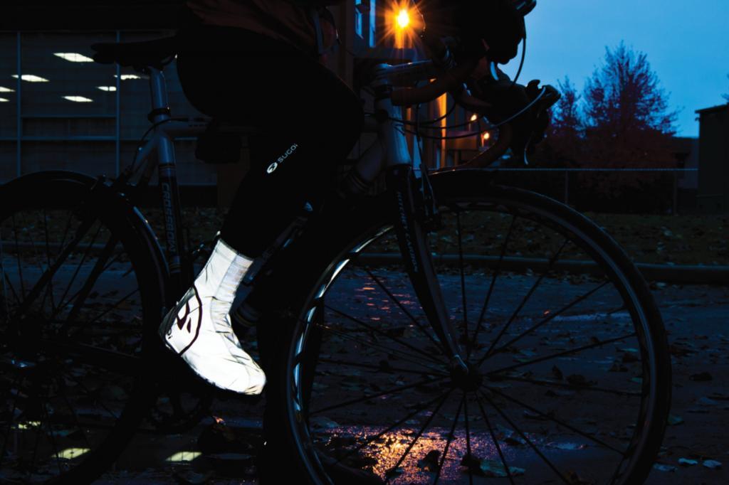 Gegen Nässe und Kälte hilft der Zap Shoe Cover, der zudem aus einem stark reflektierenden Material gefertigt ist, sodass der Radler bereits von weitem gut erkannt wird