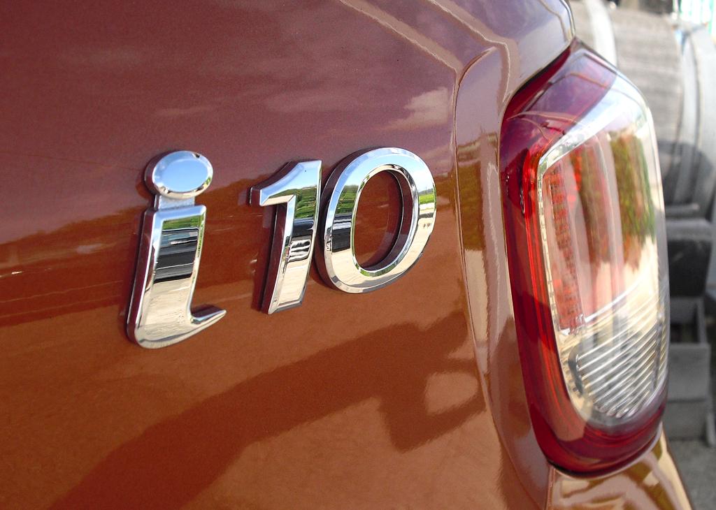 Hyundai i10: Großformatige Leuchteinheit hinten mit Modellschriftzug.