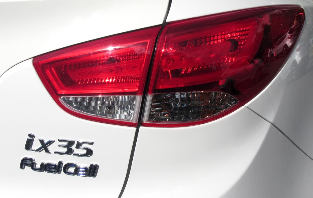 Hyundai ix35 Fuel Cell: Moderne Leuchteinheit hinten mit Modellschriftzug.