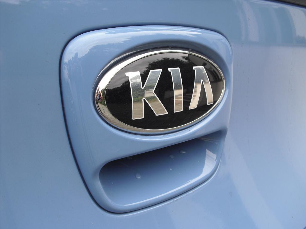 Kia Picanto: Das Markenlogo hinten sitzt auf der Heckklappen-Öffnung.