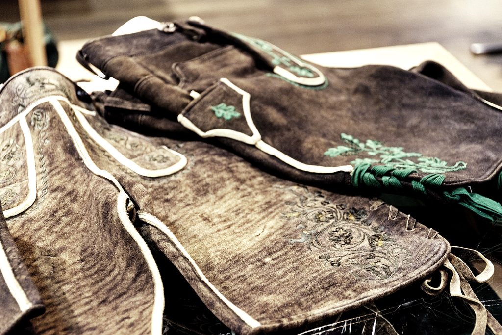 Lederhosen werden in den Alpen nicht nur getragen, sondern auch gefertigt.
