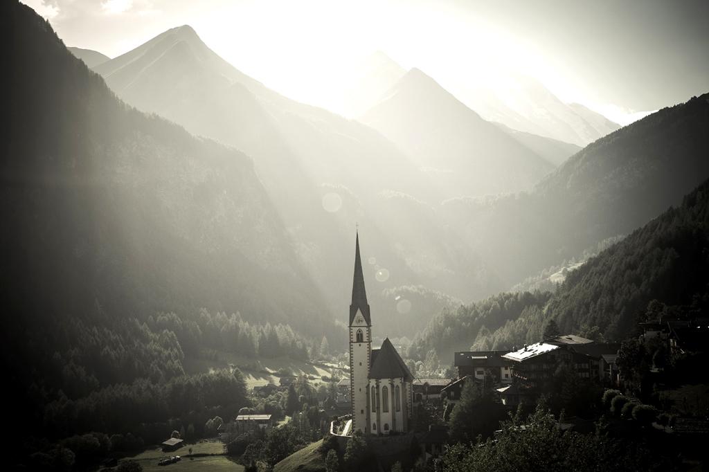 Mystische Stimmung liegt über diesem Tal, dem Dorf und der Kirche.