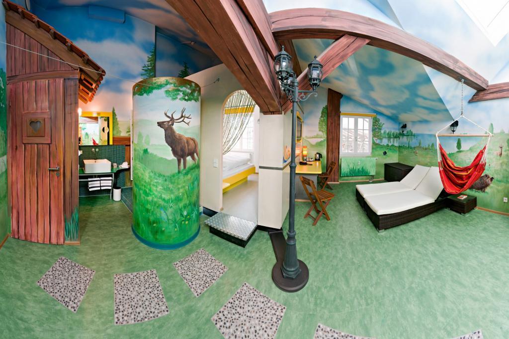 Naturverbunden ist der Camping-Raum mit integriertem Wohnwagen-Abteil und idyllischer Berglandschaft.