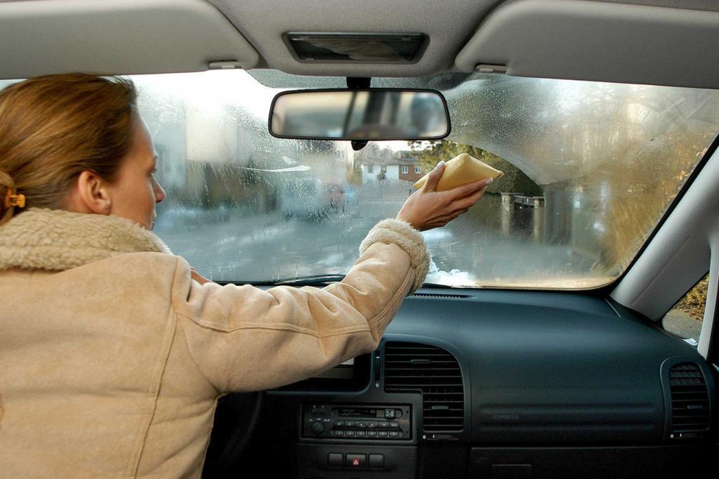 Ratgeber: Fahrzeugpflege im Herbst - Raus mit der Feuchtigkeit