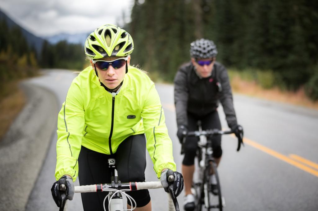 So tragen zum Beispiel die Versa-Jacken des Ausrüsters Sugoi 360-Grad-Reflektoren, mit der sich die Sichtbarkeit des Radlers deutlich verbessert