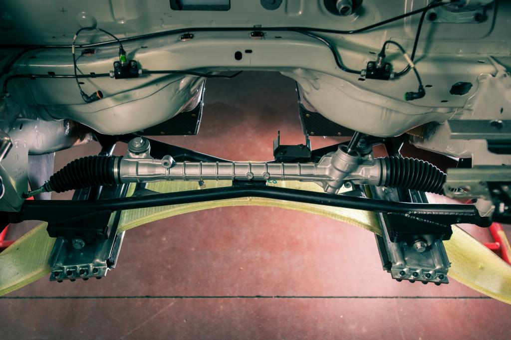 Sowohl an der Vorder- wie auch an der Hinterachse kommt an der Mc-Pherson-Aufhängung ein quer eingebautes Aufhängungsblatt aus Harz-Glasfaserverbund zum Einsatz