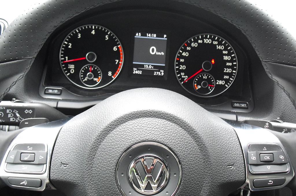 VW Scirocco: Blick durch den Lenkradkranz auf die Rundinstrumentierung.