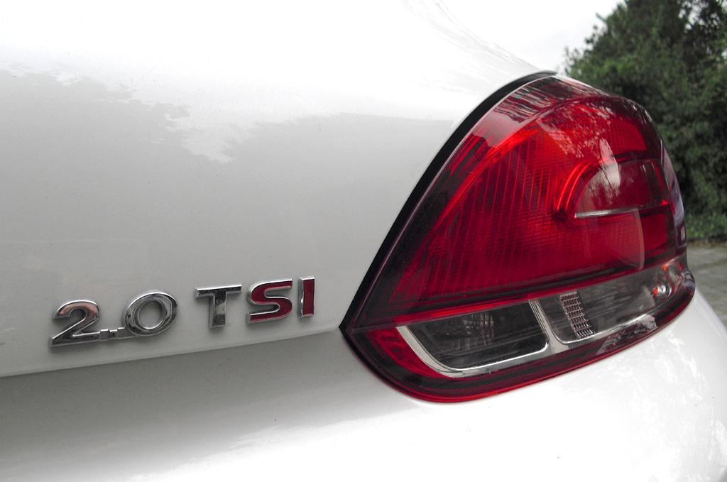 VW Scirocco: Moderne Leuchteinheit hinten mit Motorisierungshinweis.