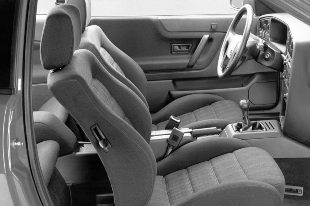 Von höheren Sphären kündete auch die damals fast luxuriöse Serienausstattung des Corrado mit Details wie höhenverstellbaren Sportsitzen, elektrisch einstell- und beheizbaren Außenspiegeln, ABS und Servolenkung