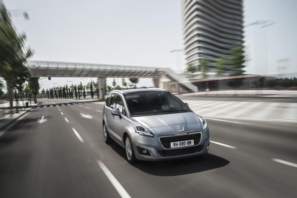 Zum neuen Modelljahr erhält bei Peugeot auch der Kompakt-Van 5008 das aktuelle Gesicht der Marke