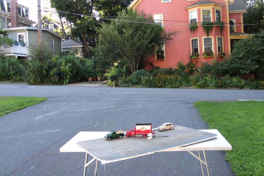 Aber es ist die Perspektive, die Smith für seine Bilder wählt, die die Modellautos und den realen Hintergrund zusammen wachsen lässt