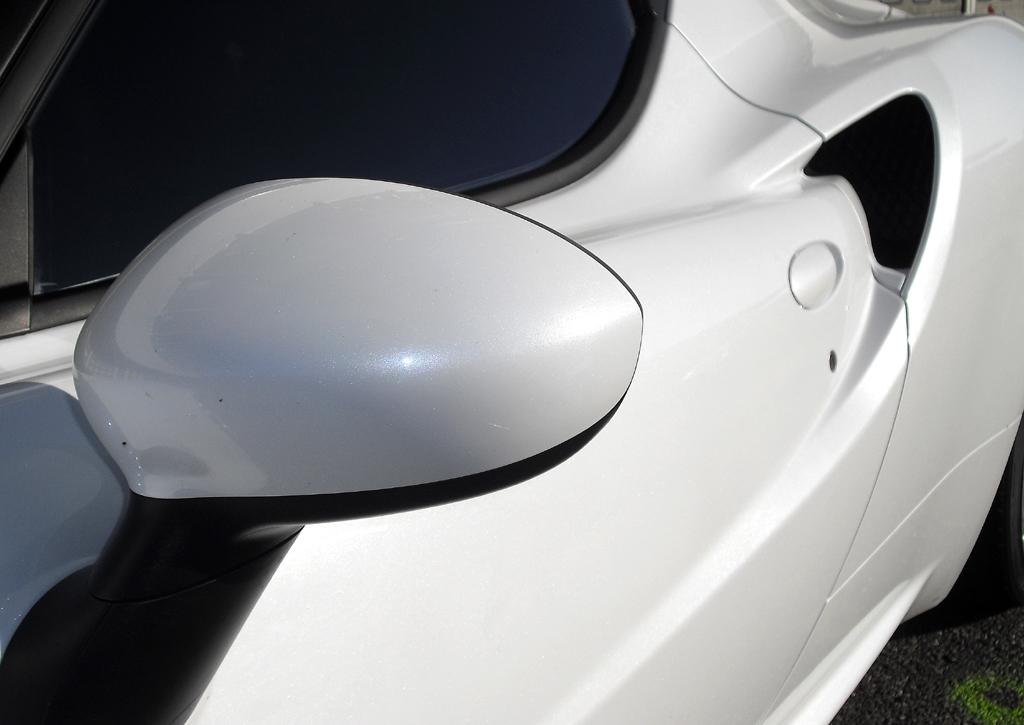 Alfa Romeo 4C: Blick auf Außenspiegel und Lufteinlass hinten auf der Fahrerseite.