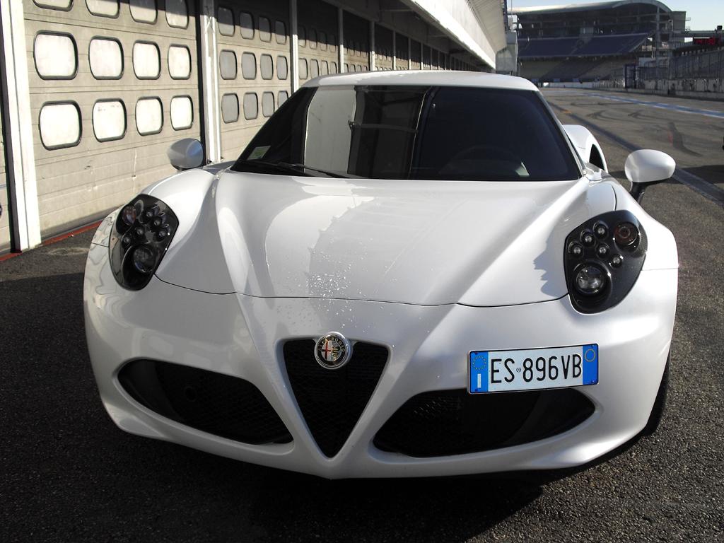 Alfa Romeo 4C: Blick auf die Frontpartie mit dem Scudetto in der Mitte.