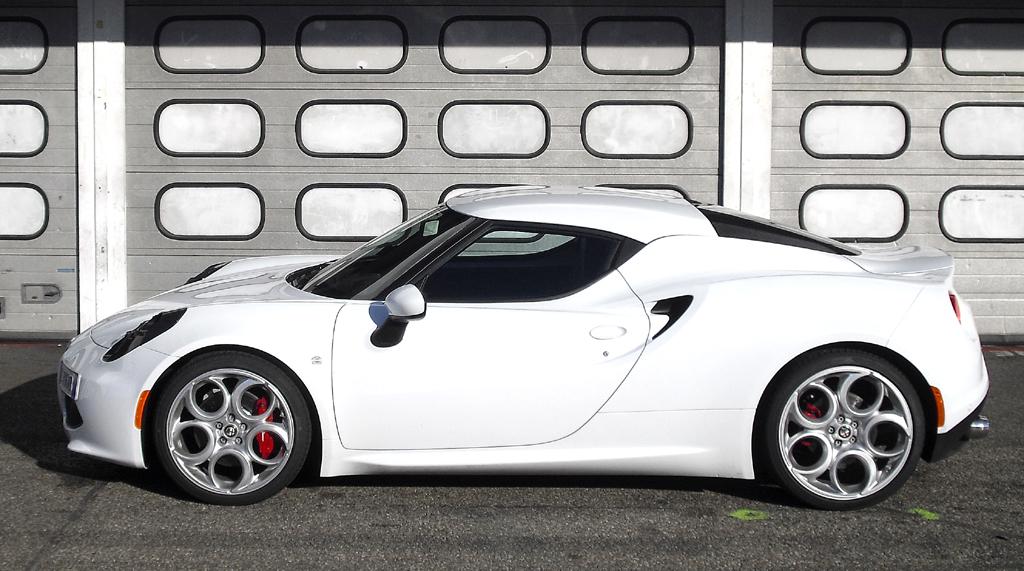 Alfa Romeo 4C: So sieht die flache Zweisitzer-Flunder von der Seite aus.