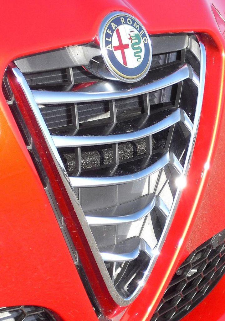 Alfa Romeo Giulietta: Das Markenlogo sitzt vorn im Scudetto-Kühlergrill.