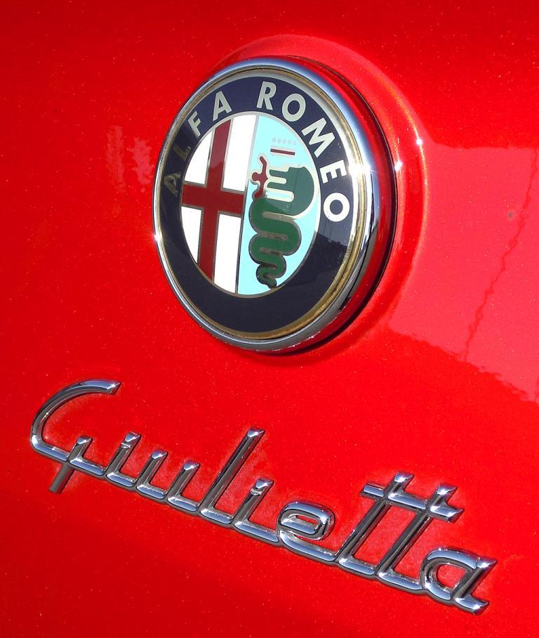 Alfa Romeo Giulietta: Markenlogo und Modellschriftzug auf der Heckklappe.