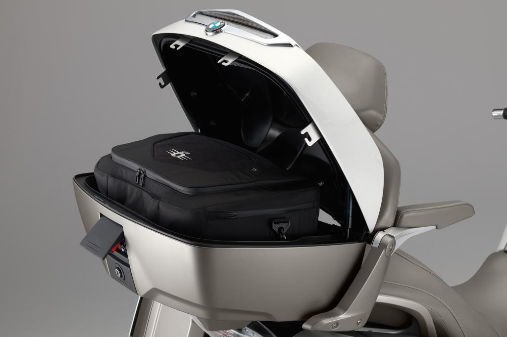Auch sonst hat BMW sein Konkurrenzprodukt zur in den USA weit verbreiteten Honda Goldwing 1800 hübsch herausgeputzt.