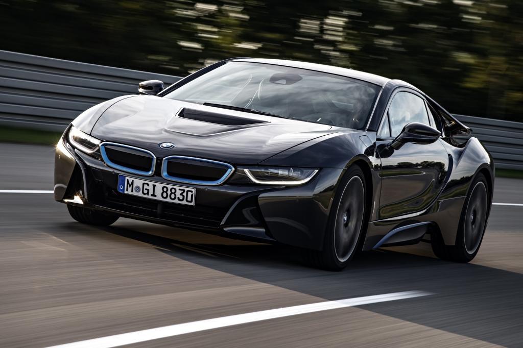BMW zeigt allerdings, wie sich Luxus und nachhaltige Mobilität kombinieren lassen und stellt die Serienversion des Elektro-Sportwagens i8 vor.
