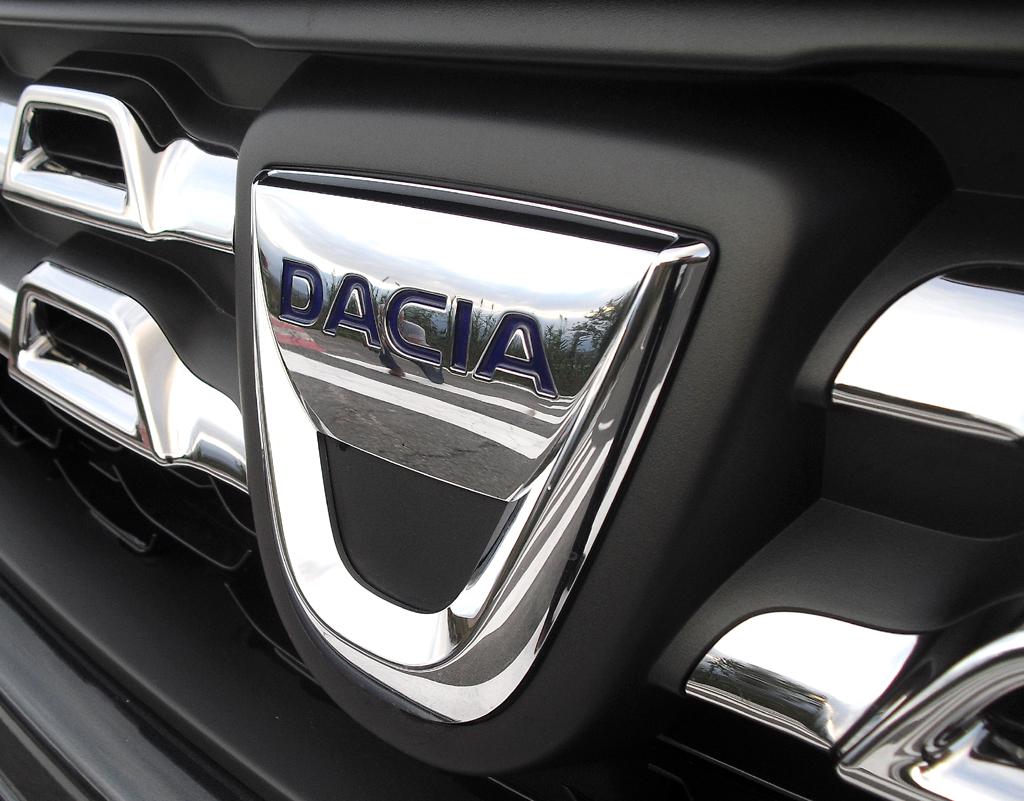 Dacia Duster: Das Markenlogo sitzt vorn im neuen wabenförmigen Kühlergrill.