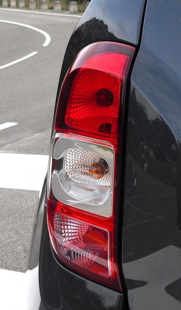 Dacia Duster: Die Leuchteinheiten hinten sind vertikal ausgerichtet.