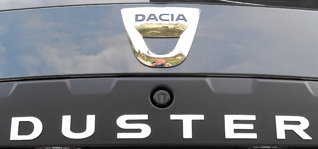 Dacia Duster: Markenlogo und Modellschriftzug sitzen hinten auf der Heckklappe.