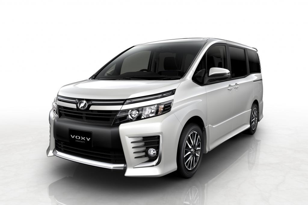 Darüber hinaus zeigt der Autobauer dem japanischen Publikum neue Modelle für den heimischen Markt: So zum Beispiel mit dem Voxy Concept eine seriennahe Studie eines Siebensitzer mit besonders tief angeordnetem Fahrzeugboden und Hybridantrieb