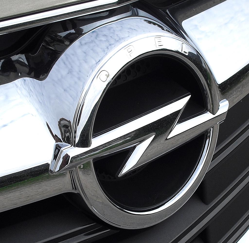 Das Markenlogo, der Blitz, sitzt vorn bei allen Opel-Modellen in einer Spange im Kühlergrill.