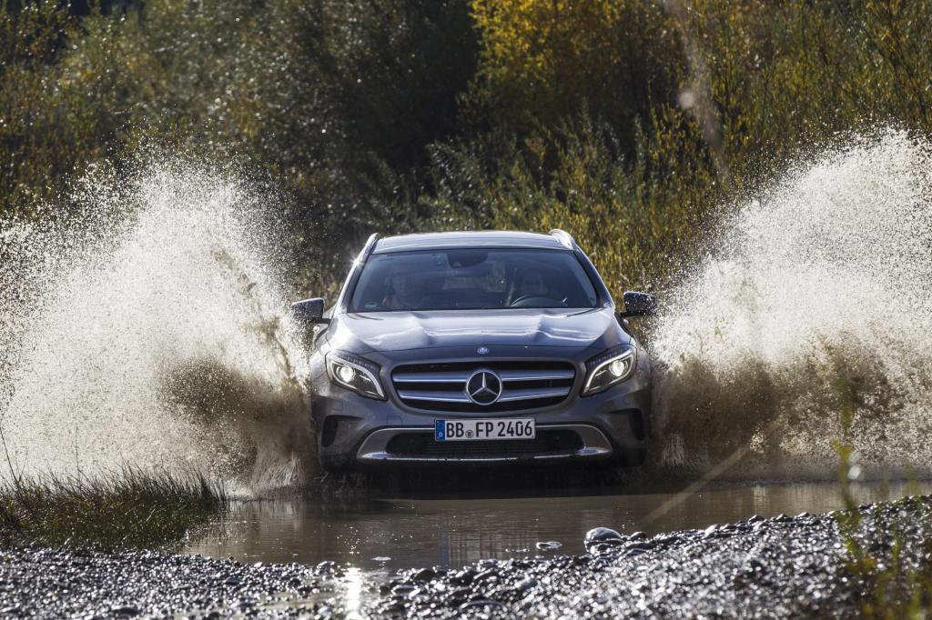 Das Wasser sprüht meterhoch, die Schlammklumpen fliegen zur Seite, im Rückspiegel sieht man nur Matsch und Modder - Erprobungsfahrt mit dem Mercedes GLA