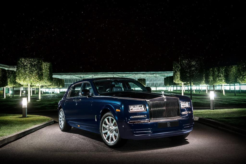 Der eigens kreierte, dunkelblaue Lack mit feinen Glaspartikeln verleiht der der mehr als sechs Meter langen Limousine auch von außen besonderen Glanz