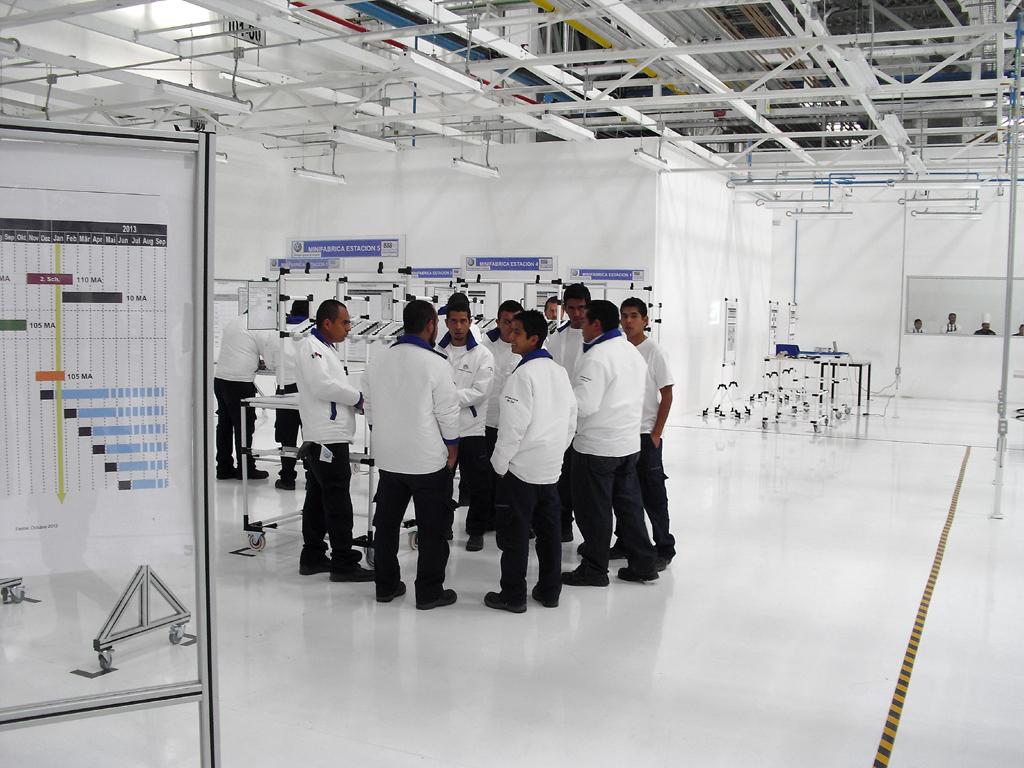 Die Beschäftigungszahlen deutscher Hersteller auch im Ausland, hier Arbeiter im neuen VW-Motorenwerk in Silao/Mexiko, wachsen.