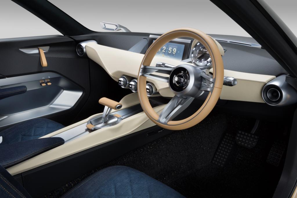 Die Sitze und Armlehnen sind mit Jeansstoff bezogen, sonst dominieren sanfte Cremetöne den Innenraum.