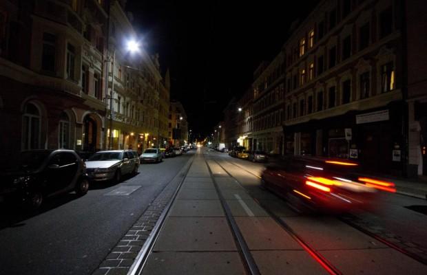 Eine Straße erstrahlt im LED-Licht
