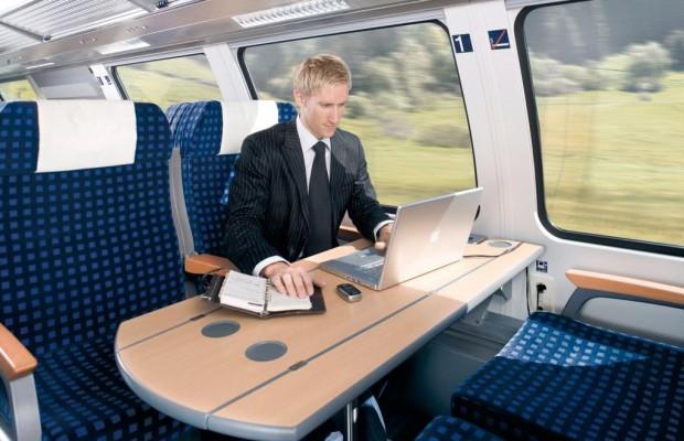 Geschäftsreisende arbeiten unterwegs oft online