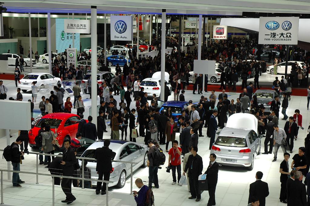 In Asien, hier VW-Stand bei der Autoschau 2011 in Shanghai, sind zuletzt über 38 Millionen Fahrzeuge verkauft worden.