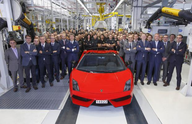 Lamborghinis Stolz fährt in Rot aus der Halle