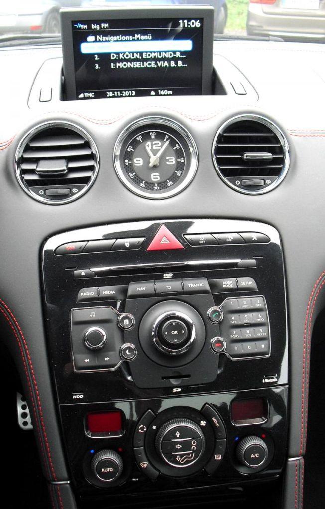 Peugeot RCZ R: Blick auf den mittleren Armaturenträger.