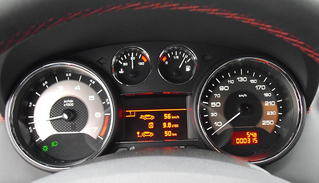 Peugeot RCZ R: Blick durch den Lenkradkranz auf die Rundinstrumentierung.