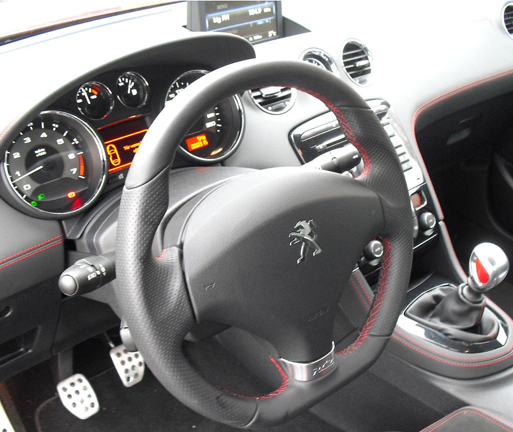 Peugeot RCZ R: Blick ins sportlich-funktionelle Cockpit.