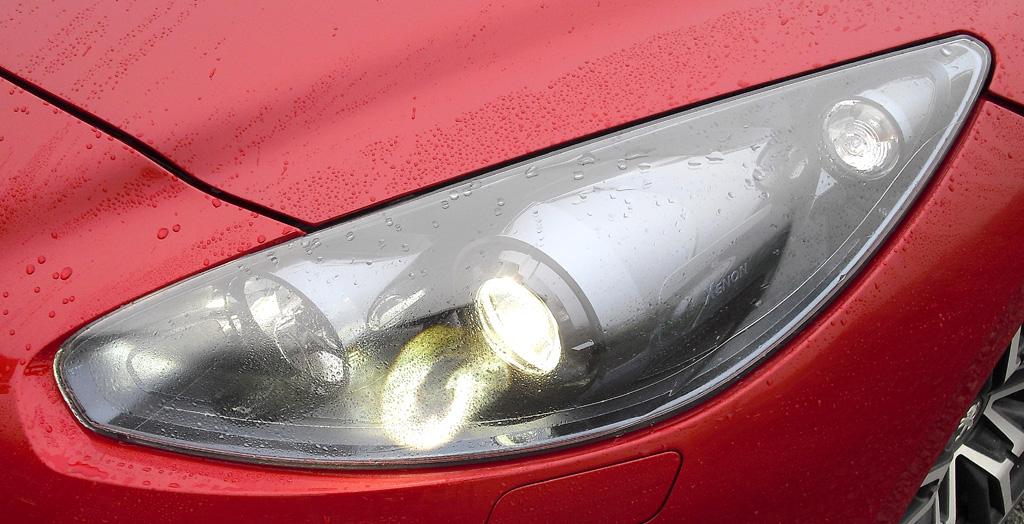 Peugeot RCZ R: Moderne Xenon-Leuchteinheit mit LED-Tagfahrlicht vorn.