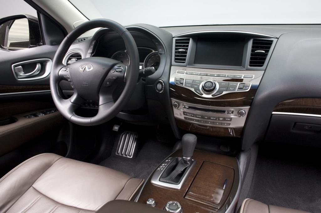 Riesige Sessel wie daheim im Wohnzimmer, üppiges Holzornat und zumindest in den ersten Reihen Platz ohne Ende machen den QX60 zum idealen Reiseauto.