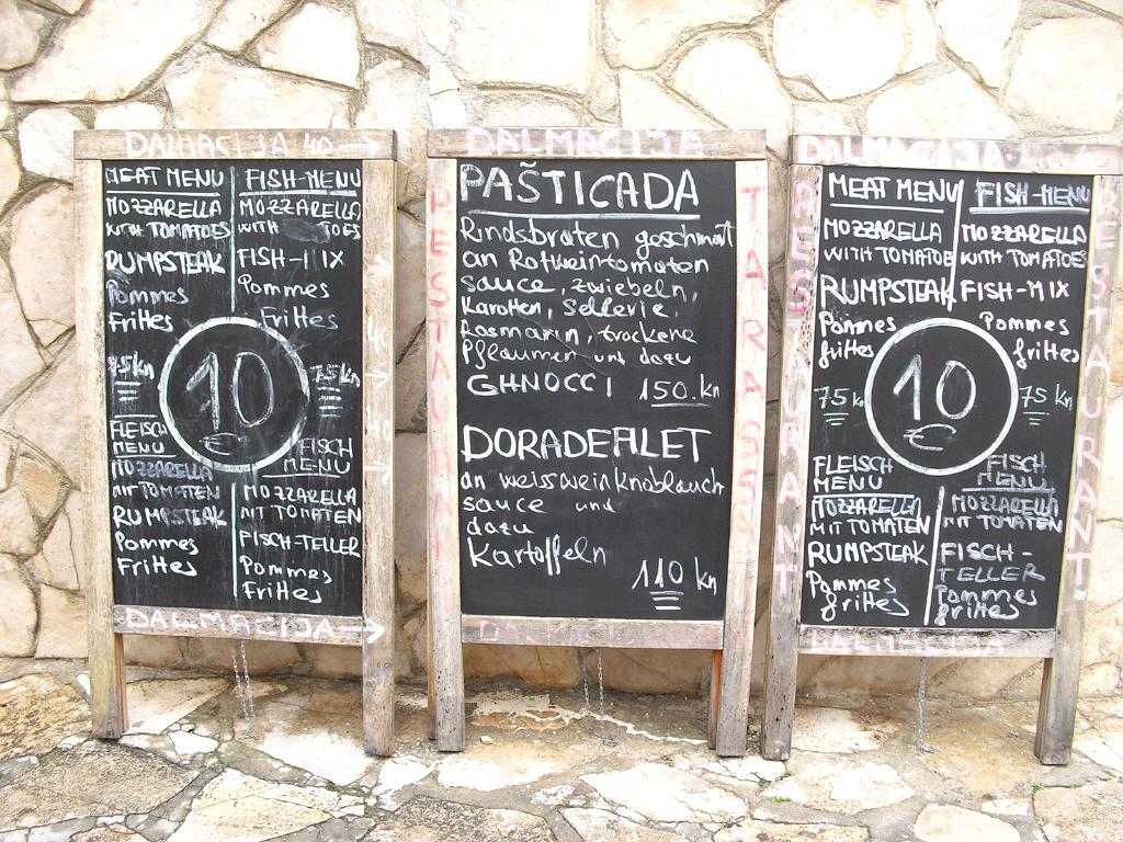 Vom Rindsbraten bis zum Doradenfilet: Speisetafeln in einem dalmatinischen Küstenort.