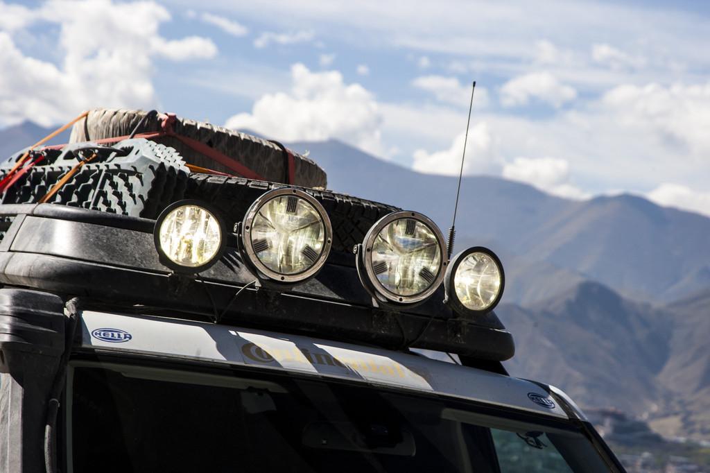 """Hella rüstet die Fahrzeuge der """"Land Rover Experience Tour 2013"""" mit LED-Zusatzscheinwerfern aus.  Hella rüstet die Fahrzeuge der """"Land Rover Experience Tour 2013"""" mit LED-Zusatzscheinwerfern aus. -  Foto:     Auto-Medienportal.Net/Hella"""